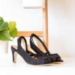Sandale haute noire vegan simili-daim à nouer et son petit noeud sur le pied
