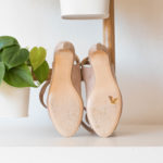 Sandale haute nude vegan simili-daim à nouer et son petit noeud sur le pied