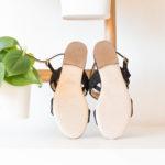 Sandale Noire vegan simili-daim avec sa bande tressée sur le bout du pied