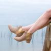Bottines sable vegan simili-daim avec élastique doré
