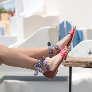 Sandale vegan plate bi-colore avec son ruban imprimé à nouer autour de sa cheville