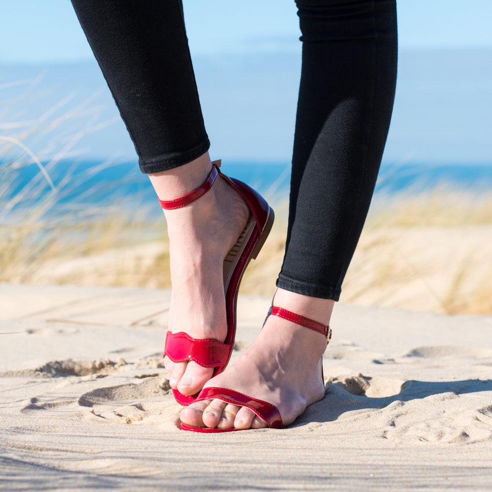 Sandale plate rouge vernis vegan, fine lanière à la cheville