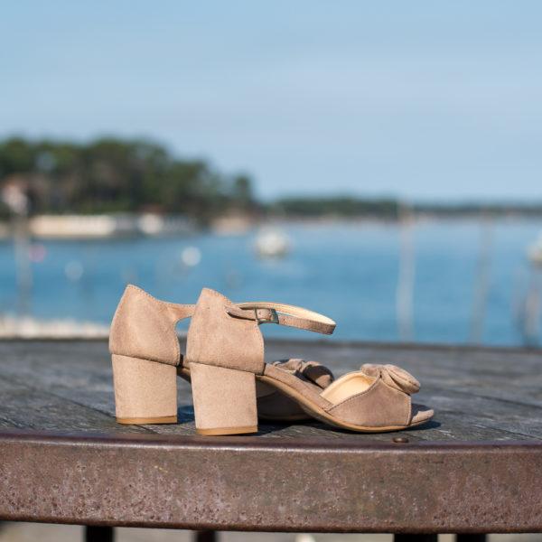 Sandale sable en simili-daim avec sa bride ornée d'un noeud et son talon carré