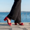 Sandale rouge baiser en simili-daim avec sa bride ornée d'un noeud et son talon carré