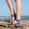 Sandale plate bleu électrique vegan à lanières