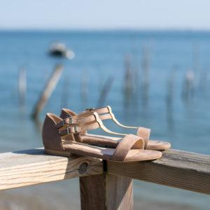 Sandales sables vegan simili-daim avec ses détails dorés