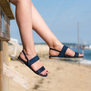 Sandale bleu minuit vegan simili-daim avec sa bande tressée sur le bout du pied