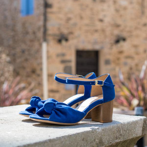 Sandale mi-haute bleu électrique vegan avec son joli noeud en simili-daim