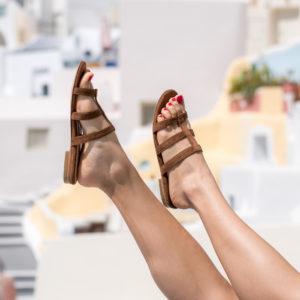 Sandale noisette vegan plate et son talon découvert