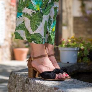 Sandale mi-haute camel vegan avec son joli noeud en simili-daim